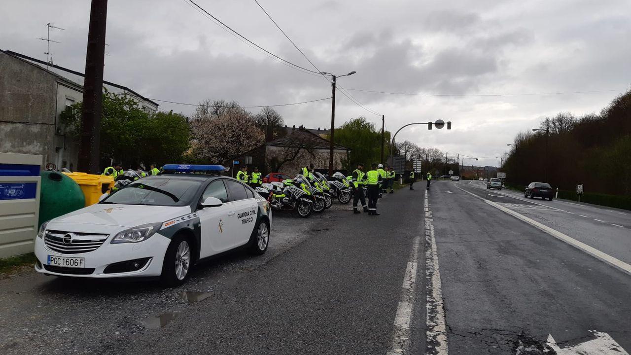 Varios guardias civiles de Tráfico en una carretera de Outeiro de Rei