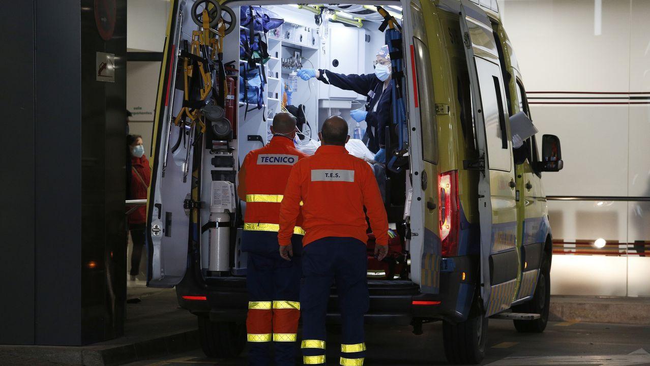 Los trabajadores delhospital gallego más castigado, el Chuac.Ambulancia en la entrada de urgencias del Chuac