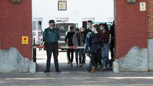 Agentes de Policía Nacional salen de la Comandancia de la Guardia Civil de Girona tras recibir la vacuna de Moderna
