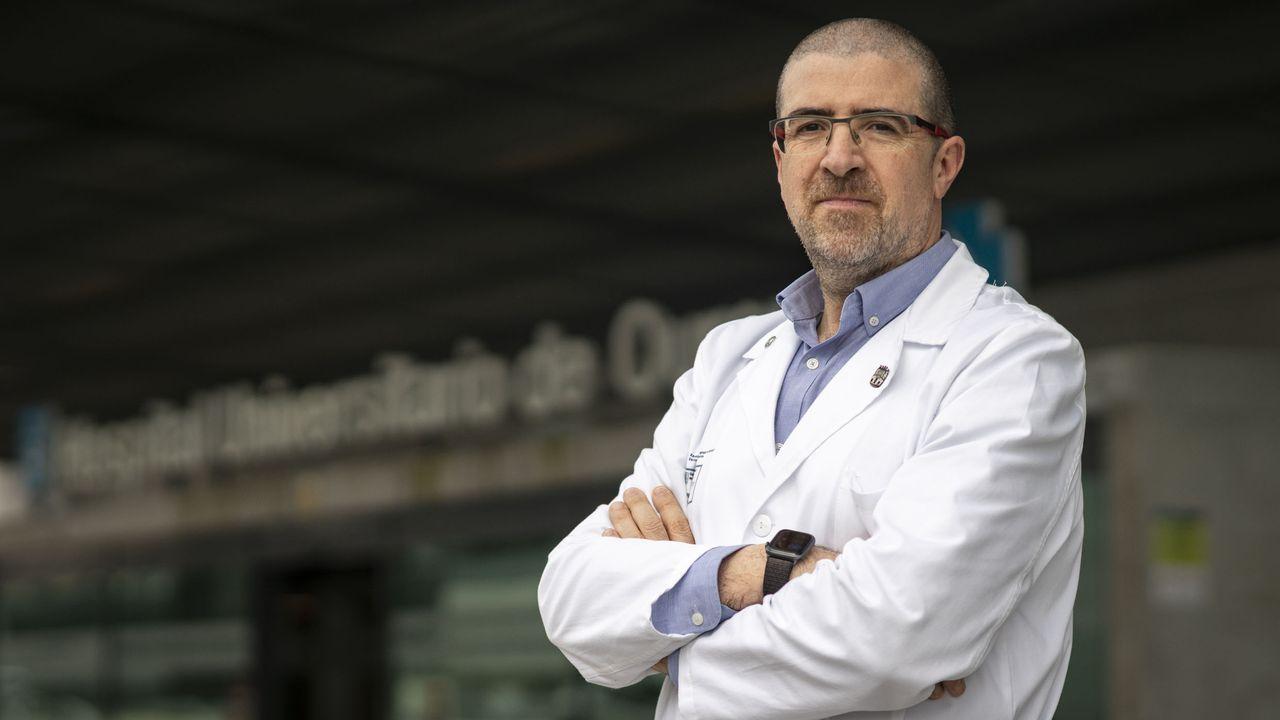 Profesionales sanitarios en el hospital de Piñor, tras la llegada de enfermos de la residencia de ancianos Nosa señora de Fátima de O Barco de Valdeorras
