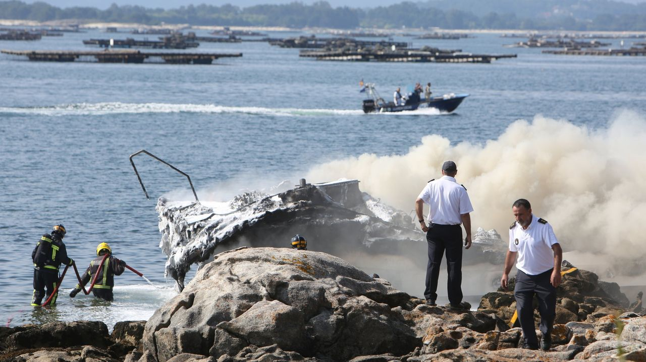 Concentraciones en los puertos en contra del reglamento de control de la Unión Europea.Las llamas devoraron la embarcación turística en cuestión de minutos