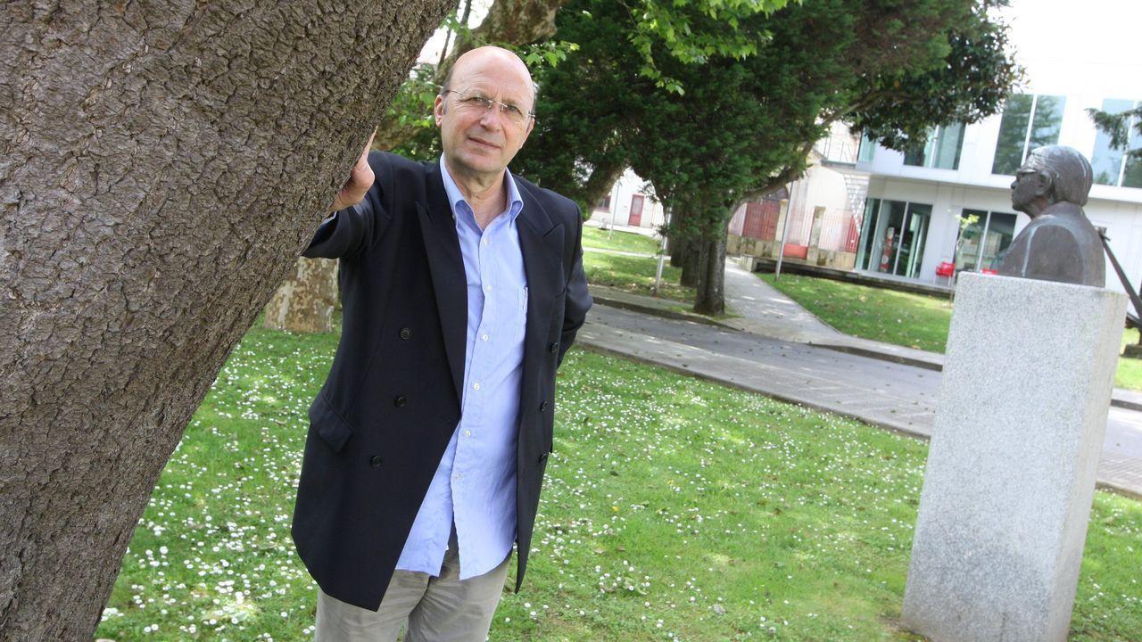 Ponte Far, en el campus universitario de Ferrol, con el busto de su admirado Torrente Ballester a un lado
