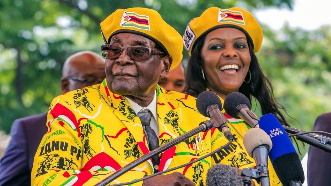 Un portavoz militar de Zimbabue dirige un mensaje al pueblo después de que, de madrugada, soldados tomasen la sede de la emisora de televisión nacional