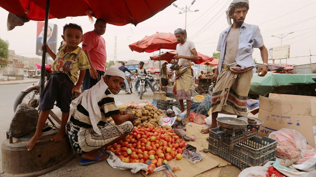 Un vendedor callejero ofrece sus productos en la ciudad de Hodeidah, en Yemen