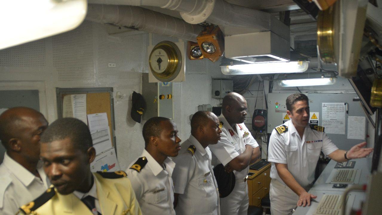 Autoridades de la Armada de Nigeria, a bordo del Centinela