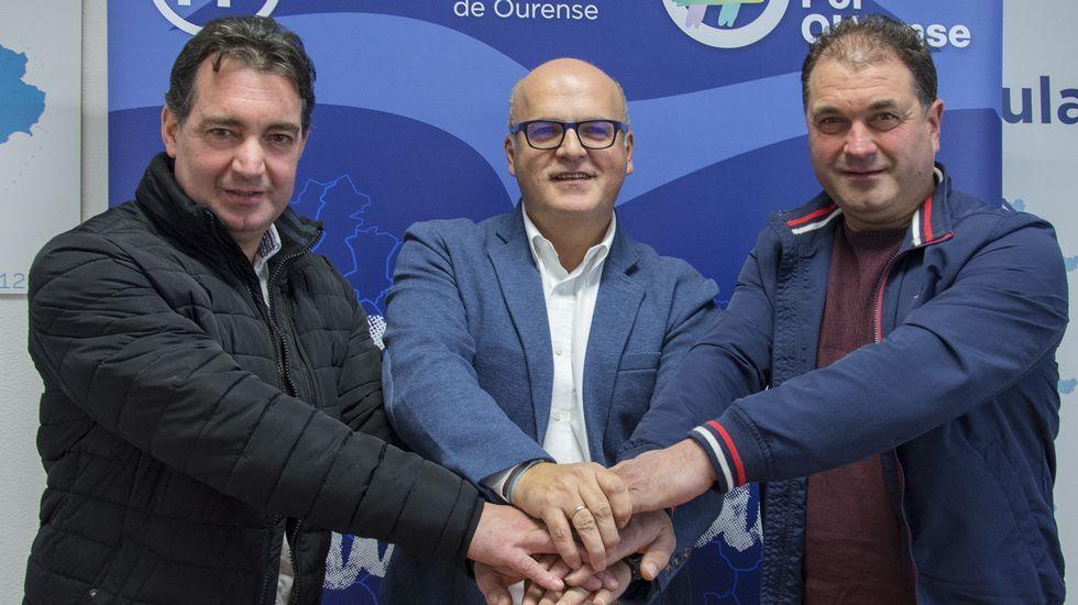 Maleza en las calles de Ourense.Guerrero, a la derecha, con Juan Carlos González y José Manuel Baltar