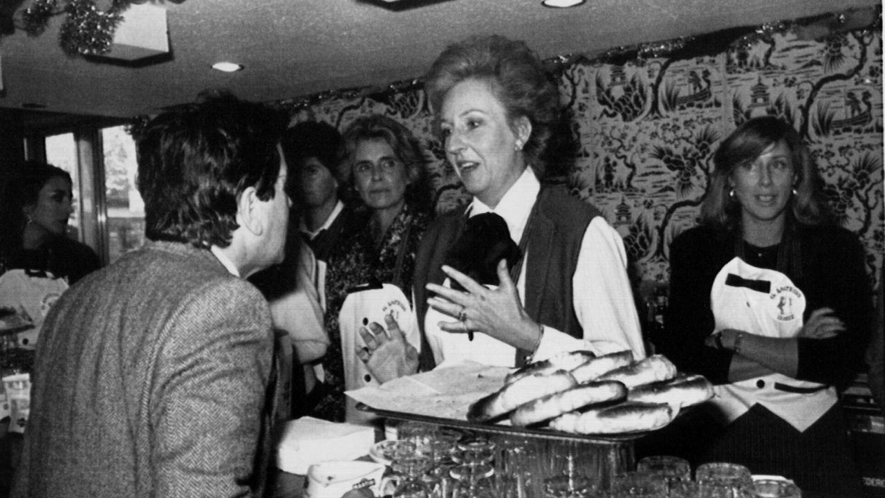 La duquesa de Badajoz en la inauguración de un rastrillo benéfico en 1986