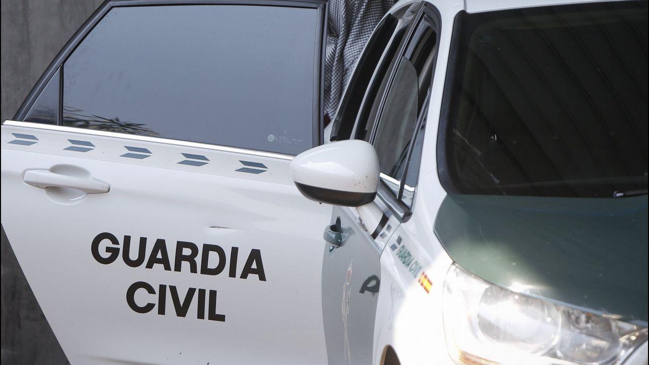 Un guardia civil recoge muestras en la acera donde se derrumbó desangrada la mujer acuchillada el miércoles por su expareja