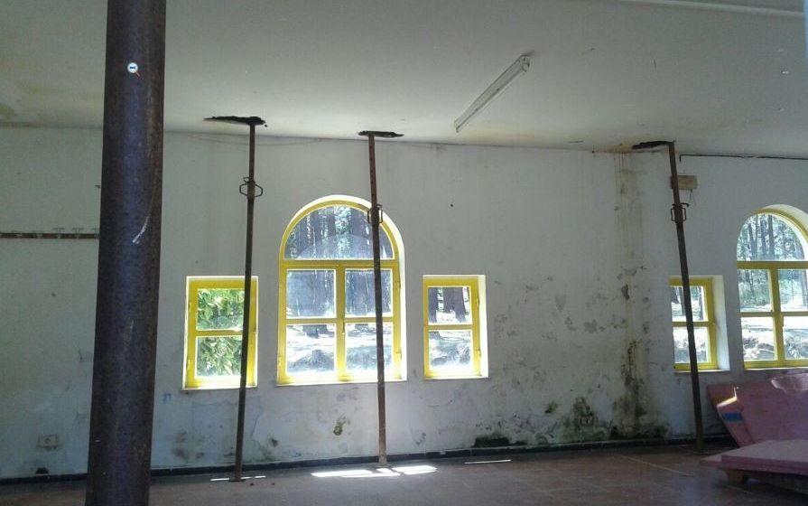 El estado de una canasta y de una sala que, según la Xunta, no es usada durante los campamentos.