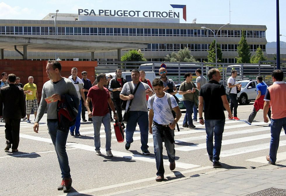 Trabajadores de la planta de PSA en Vigo saliendo de la factoría.