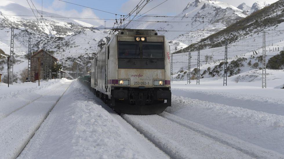 Carretera abierta alrededor de la nieve en Somiedo.Un tren en Busdongo