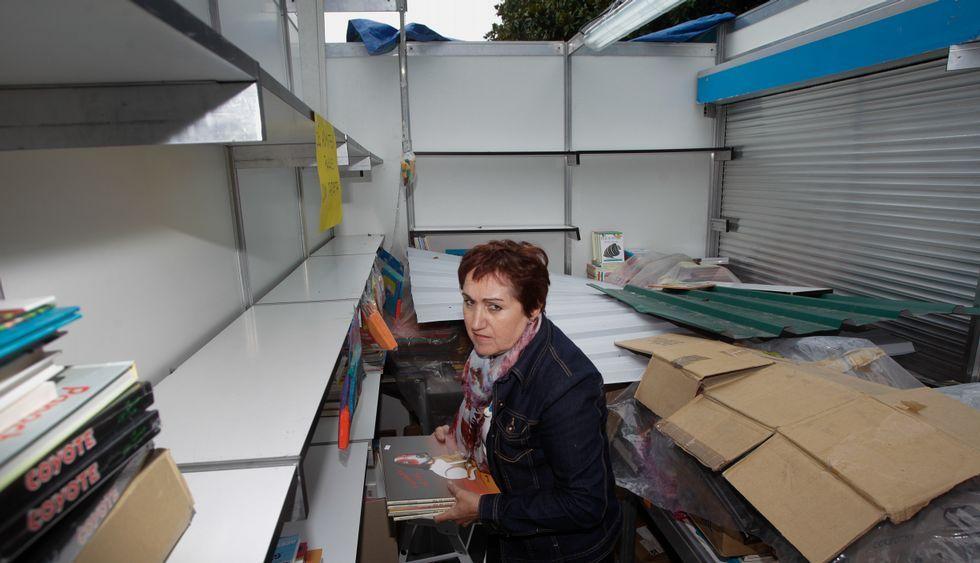 El viento levantó la cubierta de dos de las casetas de la Feria del Libro en los jardines.