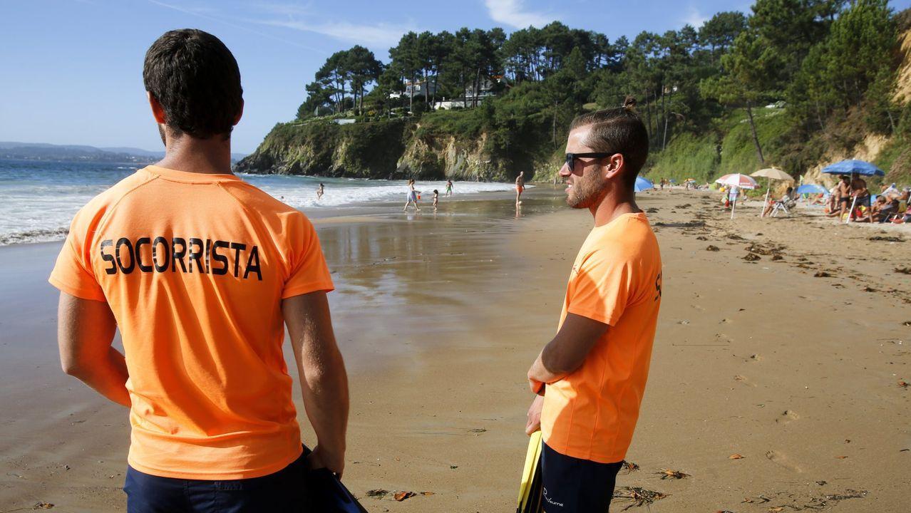 .Socorristas en la playa de Ber, en Pontedeume, a mediados del mes de agosto del año pasado