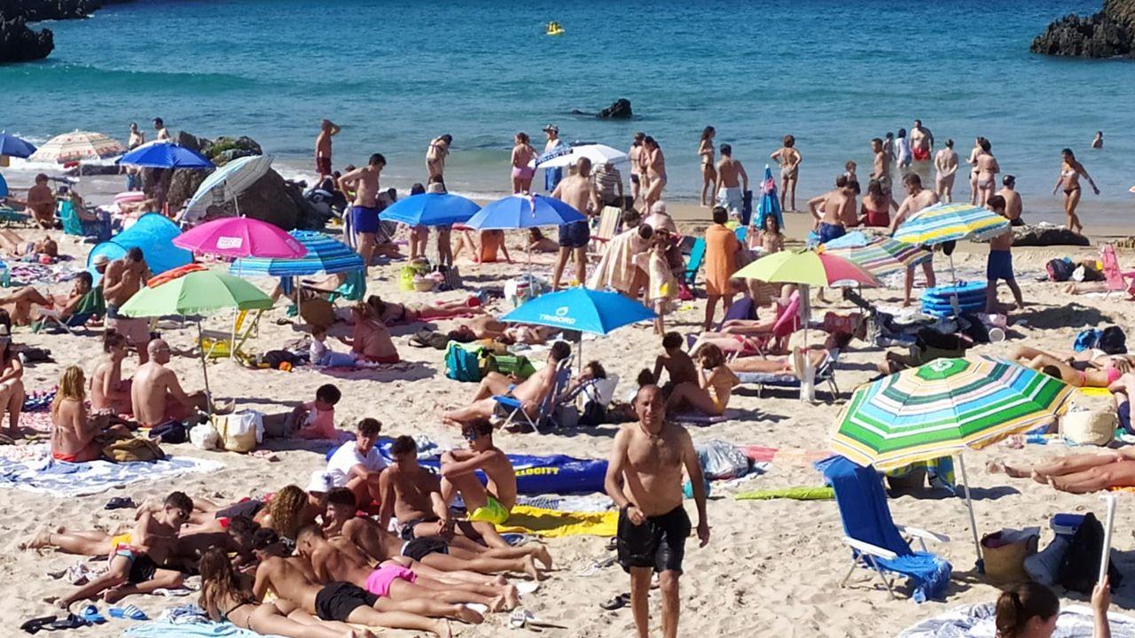 La playa de Borizu (Llanes), a media mañana del pasado domingo, cuando aún no es máxima la afluencia