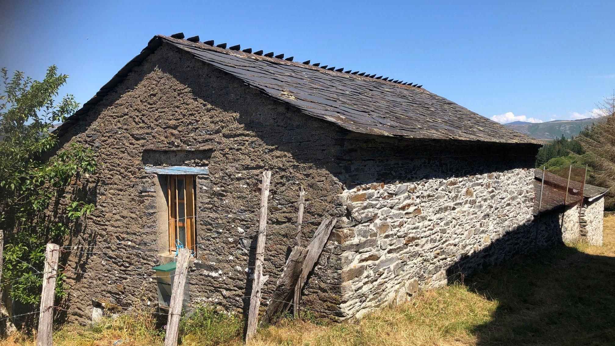 Una de las casas que conforman la aldea