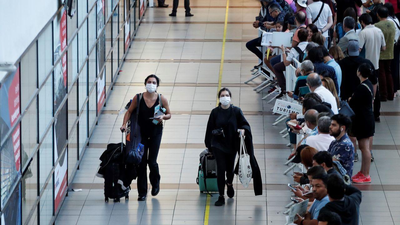 stratesys.Una fila de personas espera hoy jueves 12 de marzo en las oficinas de Aerolíneas Argentinas para poder devolver los pasajes de avión con destino a Roma y Madrid