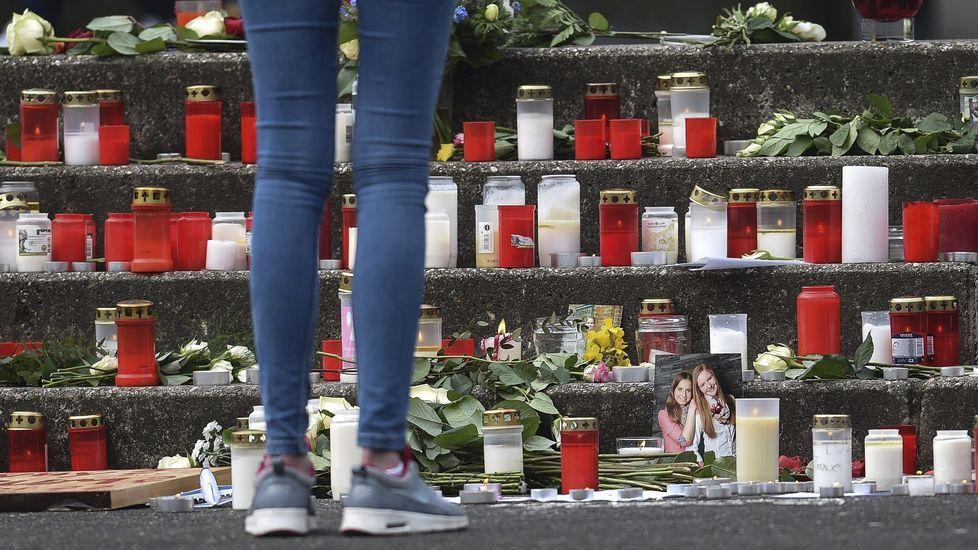 Velas y flores en memoria de los 16 alumnos y dos profesiores del instituto de Haltern am See (Alemania) fallecidos en el accidente de avión en Los Alpes