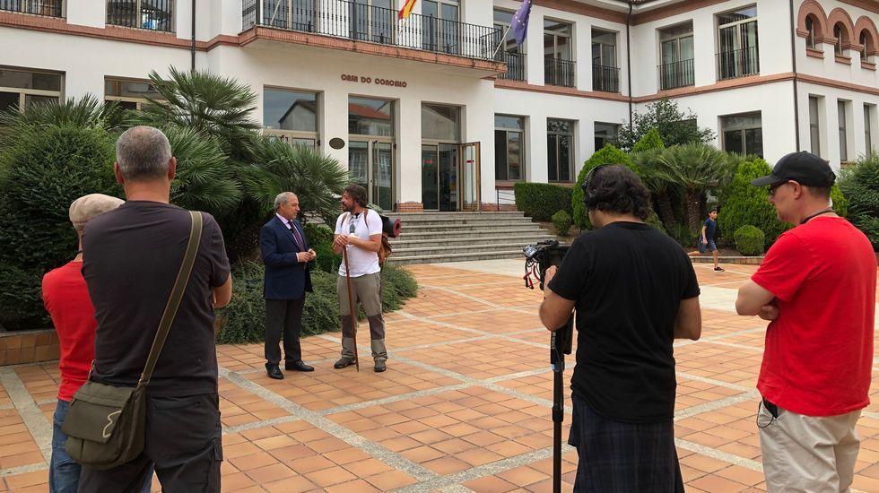 El equipo de rodaje del documental entrevista al alcalde de Monforte frente a la entrada principal del Ayuntamiento