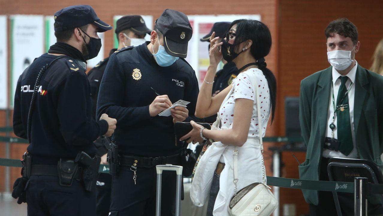 Un agente recoge los datos de una viajera que ha incumplido las normas de movilidad en Madrid