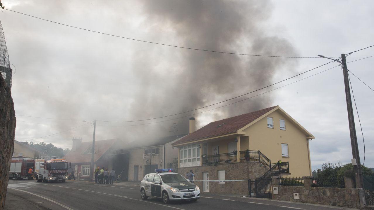 El incendio en una nave industrial de Camariñas, en imágenes