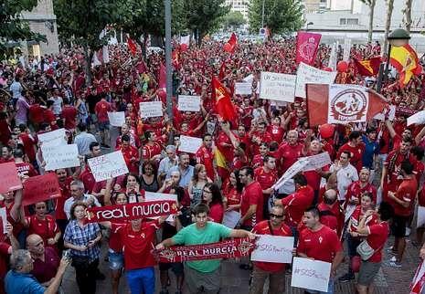 Tebas: «En esta casa sólo caben 22».En la imagen, una manifestación de aficionados del Murcia para protestar por la delicada situación del equipo.