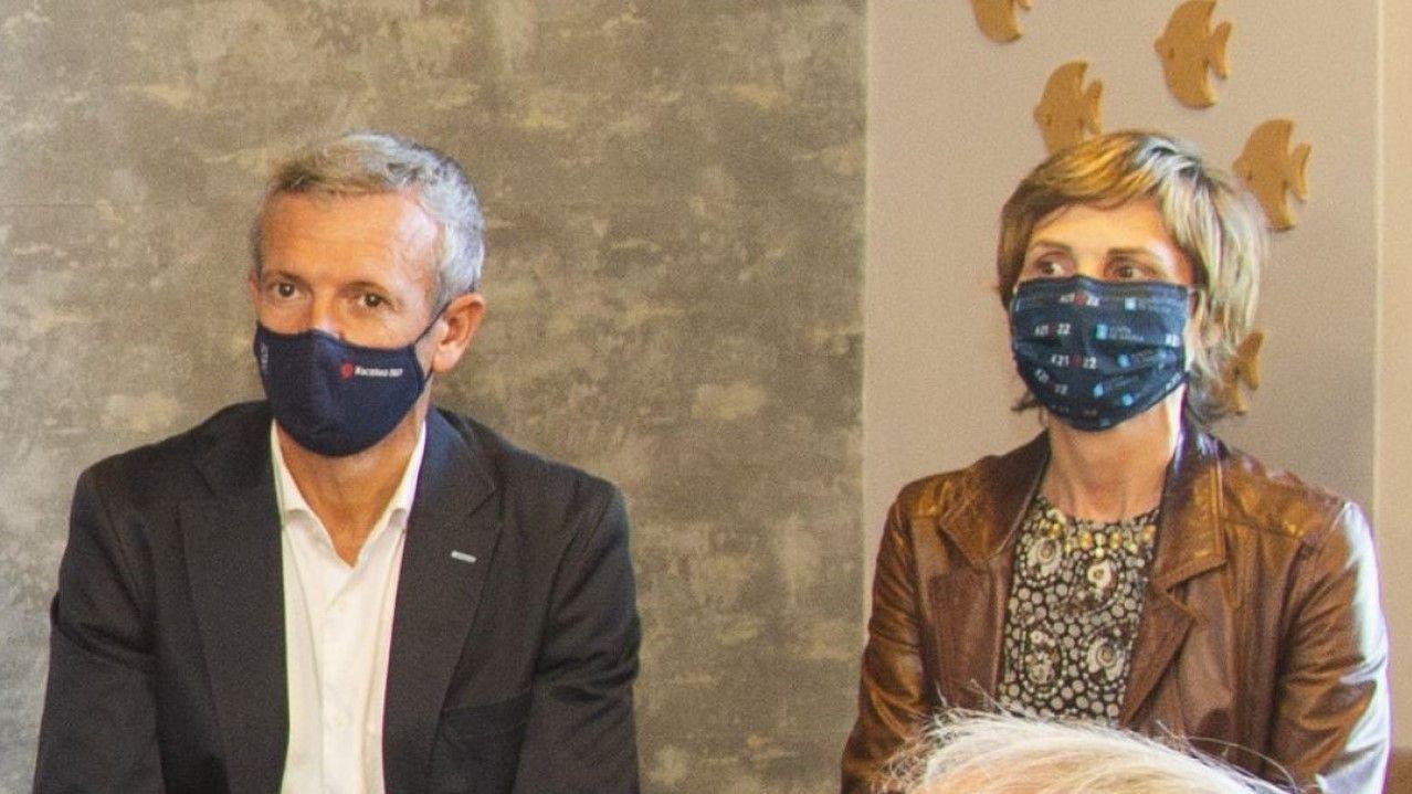 El volcán no puede con el espíritu de los peregrinos de La Palma.El vicepresidente primero de la Xunta, Alfonso Rueda, y la directora de Turismo de Galicia, Naca Castro, durante un acto en Fisterra esta semana.