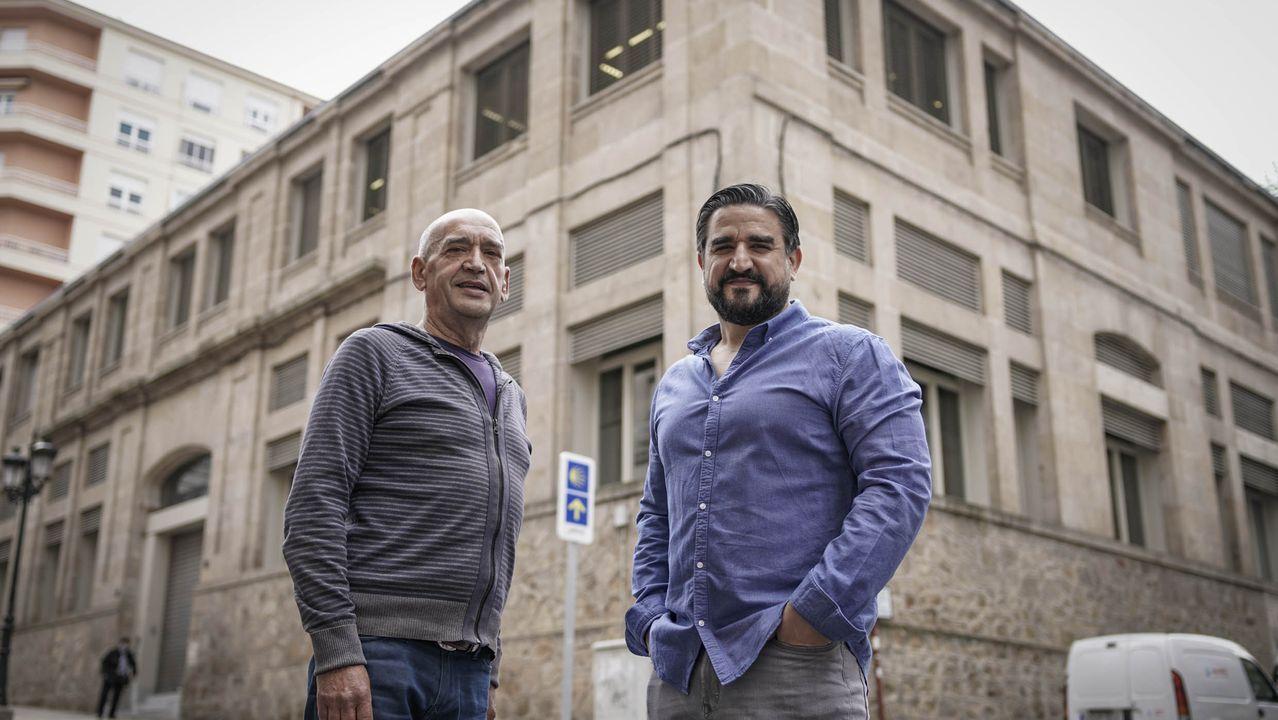 Mitin de Pedro Sánchez en Ourense.Manuel y David Alvarado, junto al edificio de la Plaza de Abastos de A Ponte