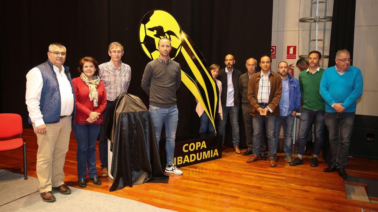 Toche Real Oviedo Extremadura Carlos Tartiere.Folch y Bolaño disputan un balón en el Oviedo-Albacete