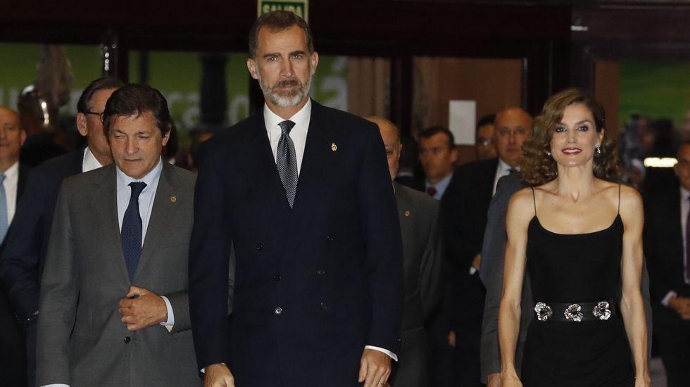2016. Letizia Ortiz optó por un vestido negro para el concierto previo a la entrega de los Premios Princesa de Asturias.