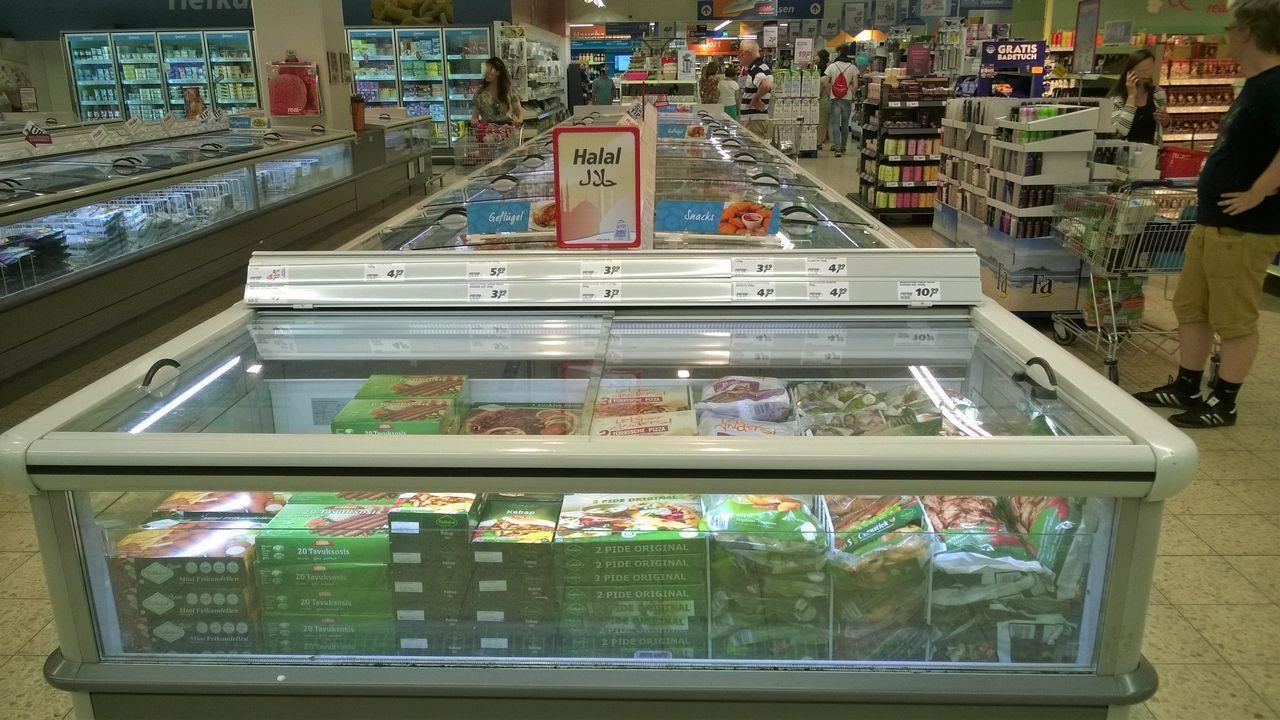 Comida halal en la sección de congelados de un supermercado