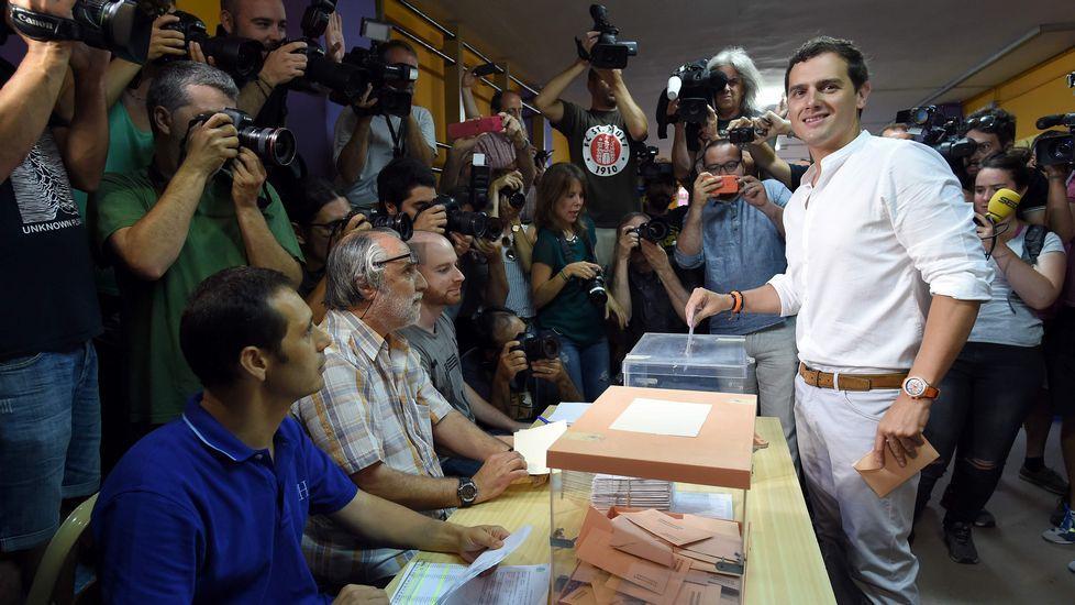 El líder de Ciudadanos, Albert Rivera, vota en un colegio de Barcelona