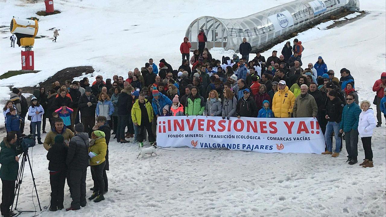 Nieve en Asturias en el mes de junio.Protesta de esquiadores en Pajares