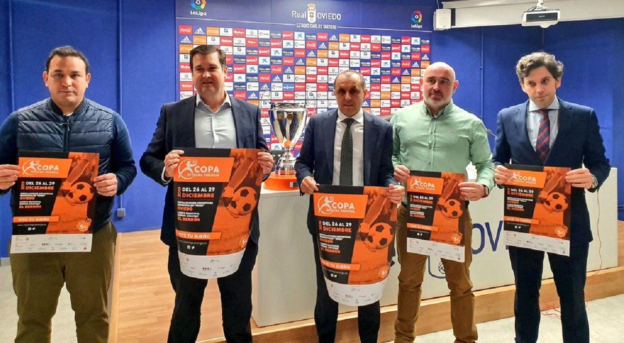 Lalo Rergis, a la izquierda, y Fernando Corral, en el centro, junto a los organizadores de la Copa Integra