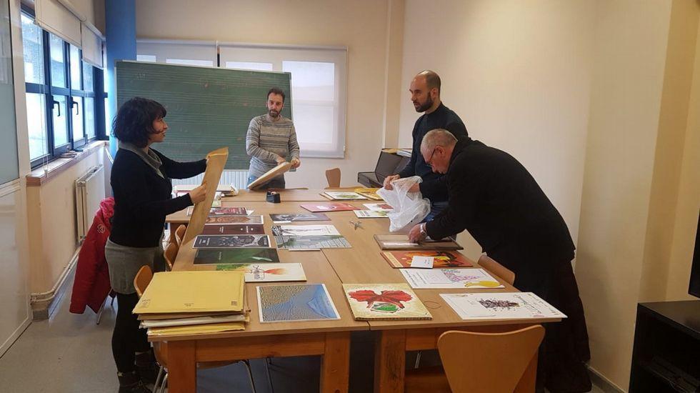 forum domingo.Miembros del jurado examinando los trabajos presentados al concurso de carteles de la Feira do Viño de Amandi