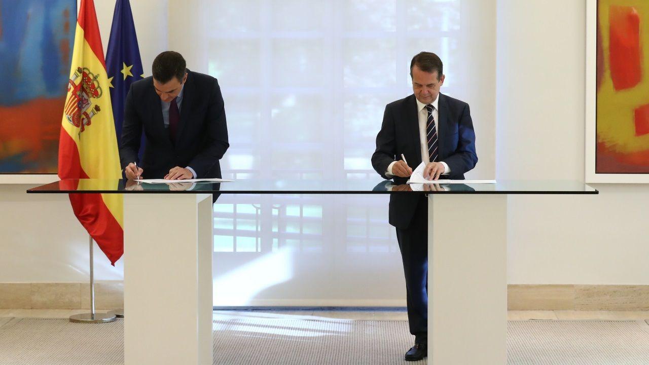 Así es la guarida de Fernández Cores en A Cañiza.Pedro Sánchez y Abel Caballero firmando el acuerdo este martes en La Moncloa