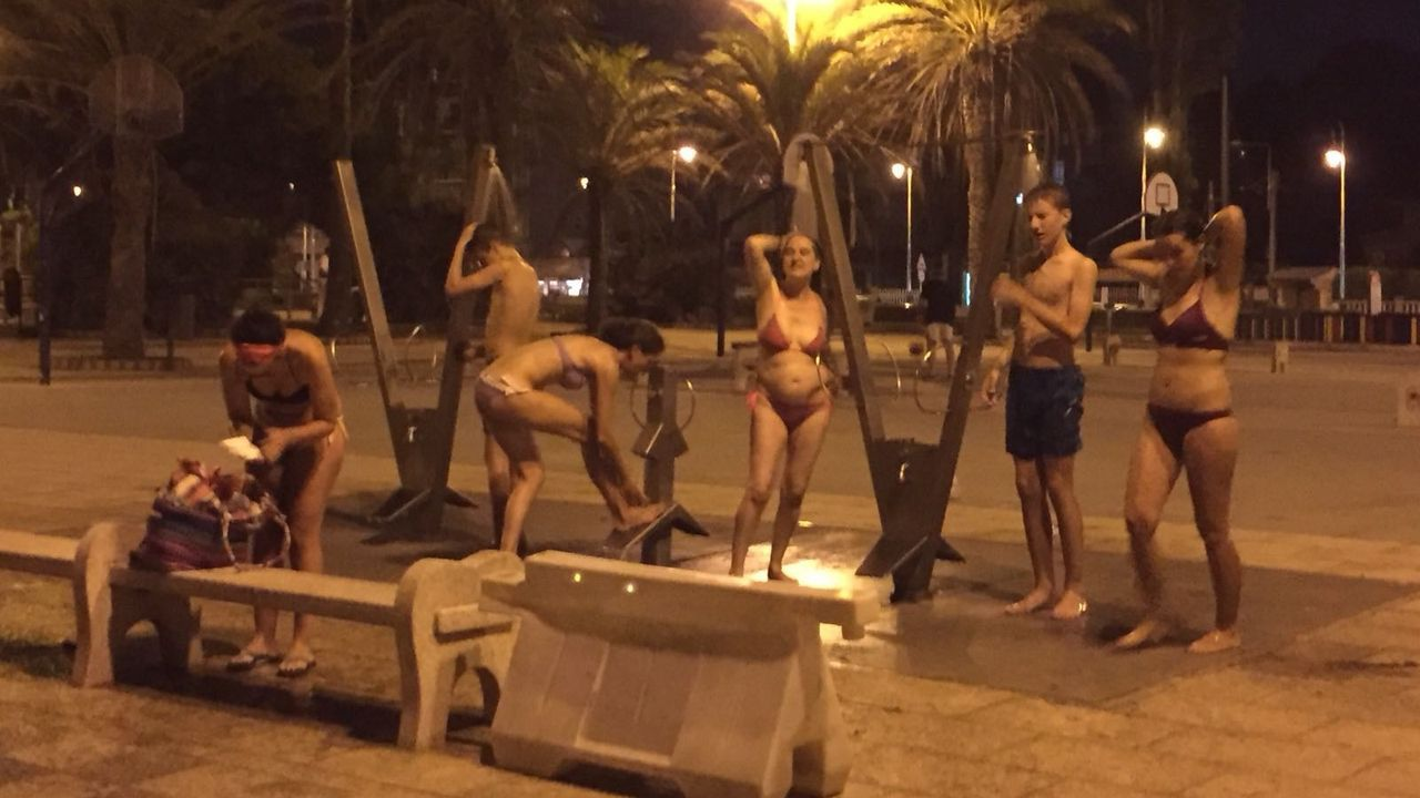 Graduaciones en las Facultades de Ciencias y de Educación del campus de Ourense.Bañistas en la playa de Samil durante una ola de calor nocturna