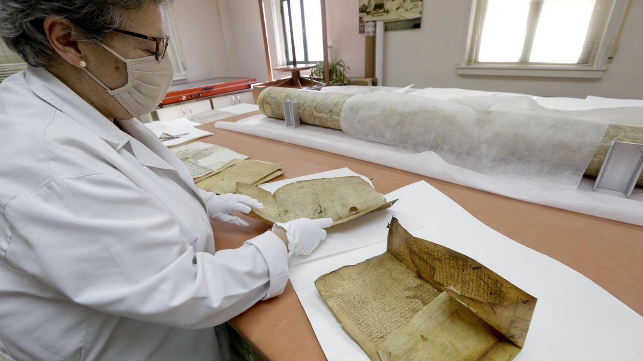 Una de las restauradoras del Arquivo do Reino, con un pergamino