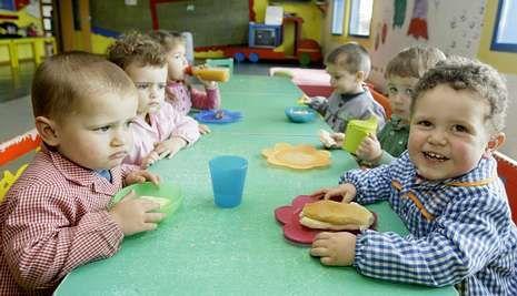 Niños de una escuela infantil comiendo juntos