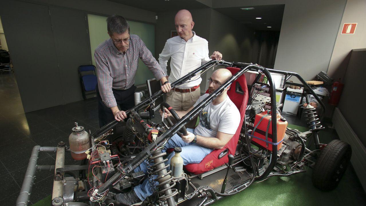 Los profesores con Javier Cuadrado,  MIguel ÁNgel Naya y Emilio Sanjurjo (este último, al volante), con el K-LIM-08, el prototipo de vehículo que acaba de dejar en desuso el Laboratorio de Ingenieria Mecánica (LIM)