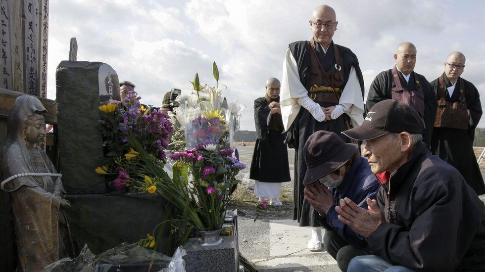 Karyo Okanuma y Yoshiko rezan junto a un grupo de monjes budistas en memoria de las víctimas.