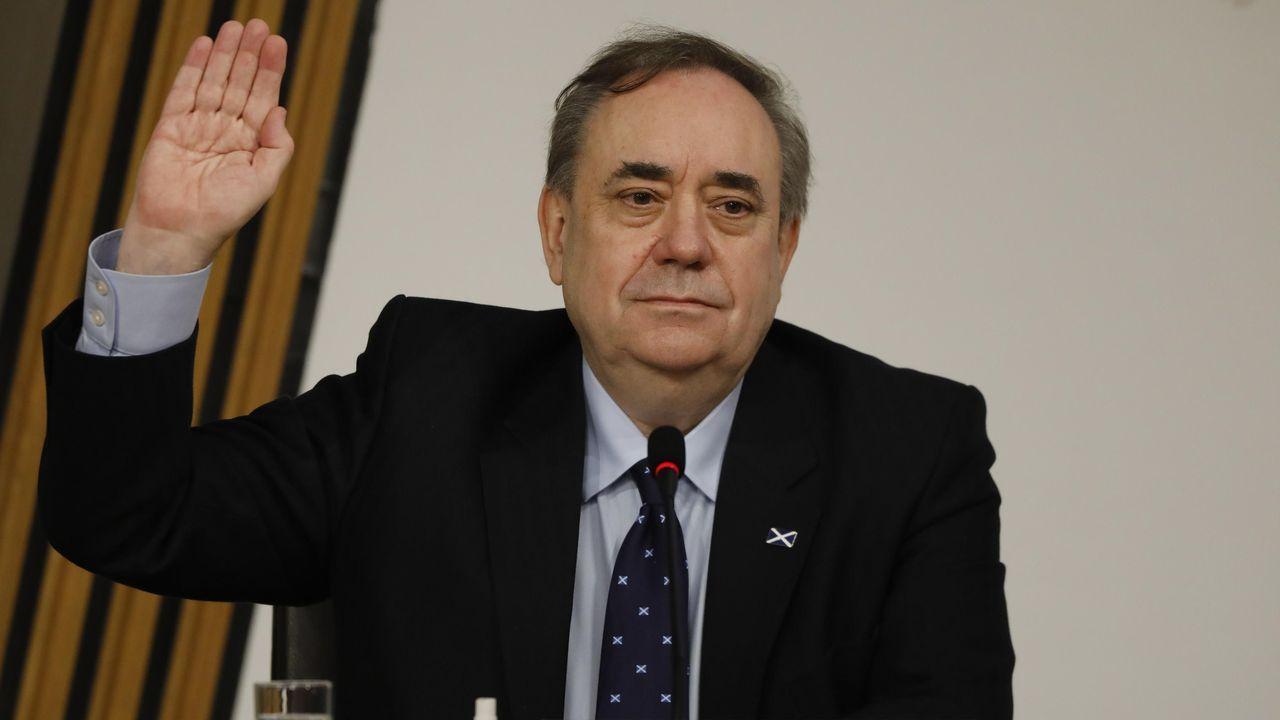La caravana por la bajada de los peajes de la AP-9 llega a la delegación del Gobierno.Alex Salmond