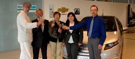 Jesús Chenel brindó con los propietarios del nuevo modelo Chevrolet Volt, el primero vendido en España