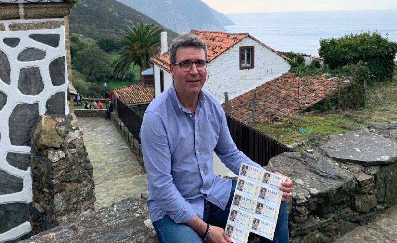 ¡Búscate en la celebración de la vigilia de la Inmaculada en Ribeira!.Carlos Ferreiro, en 1987, cuando aún estaba en activo como jefe provincial de Tráfico