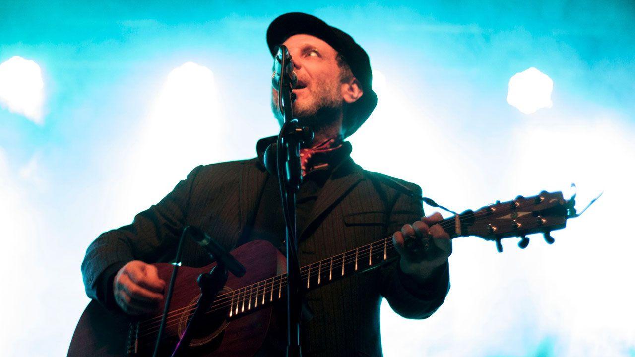 Jonathan Donahue interpreta una de las canciones de 'Deserter's Songs' en el Gijón Sound Festival
