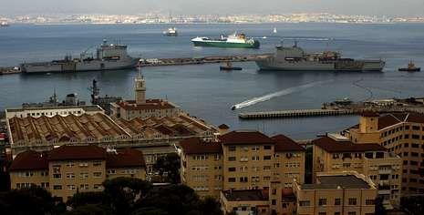 La fragata de la Armada británica «HMS Westminster» y dos buques auxiliares, en Gibraltar