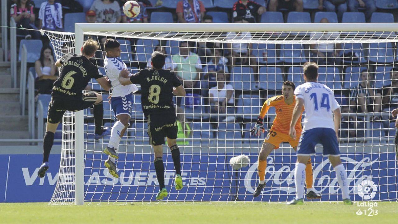 Gol Rocha Real Oviedo Sevilla Atletico.Nano Mesa remata por encima de Carlos Hernández y Folch