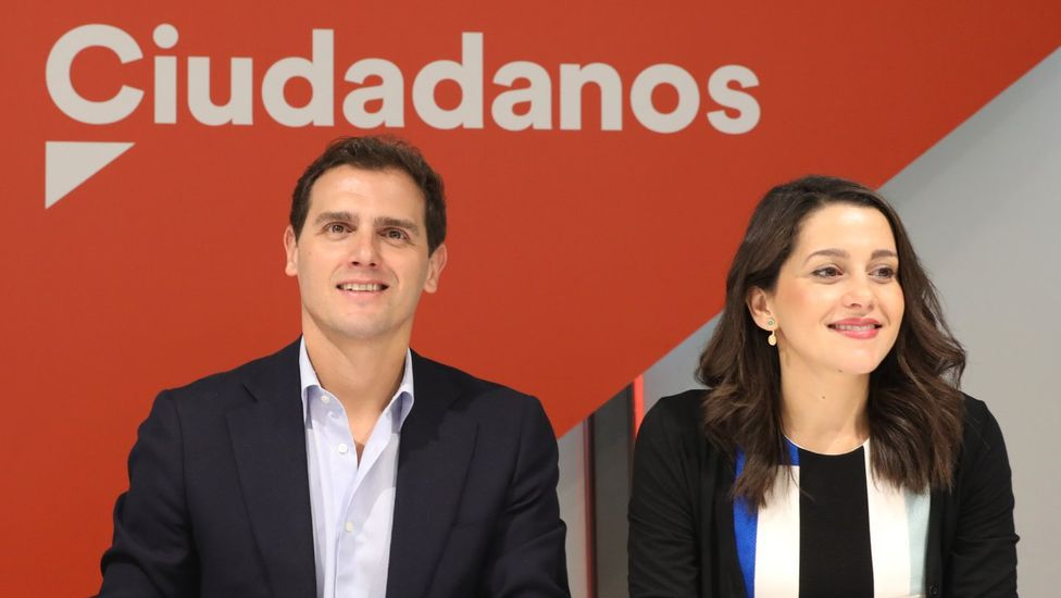 Sánchez pide «cautela y prudencia» a los ciudadanos de los territorios que el lunes entran en la Fase 1.Gente caminando por la playa de Ondarreta de San Sebastián el pasado miércoles, 6 de mayo