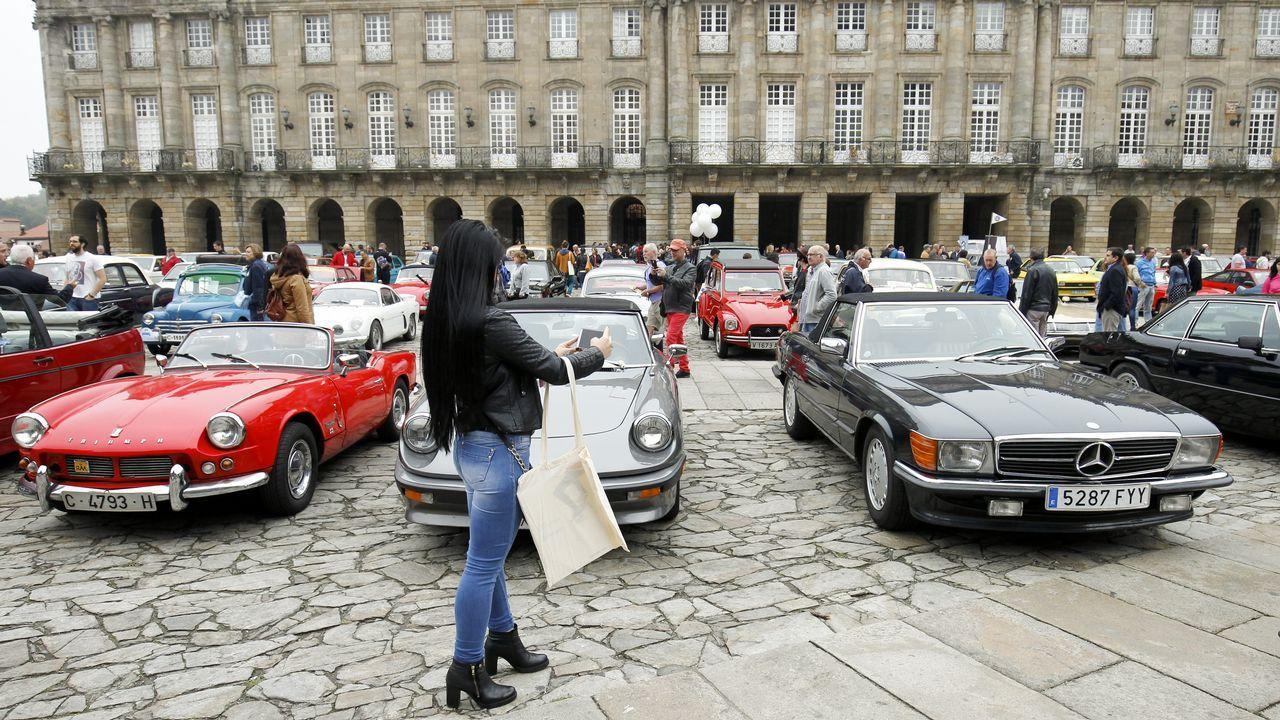 Concentración de coches antiguos en el Obradoiro.Nuevo Porsche Panamera Sport Turismo