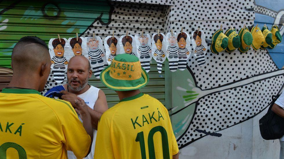 Un hombre vende sombreros y globos con ilustraciones de la presidenta Dilma Rousseff y el exmandatario Lula Da Silva durante una manifestación contra el actual Gobierno.