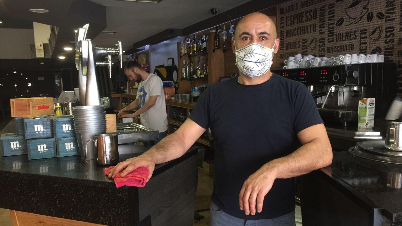 La desescalada llega también a Samil.Roberto Covelo, en su establecimiento de la calle Venezuela de Vigo